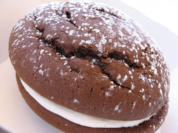 Whoopie_pie_with_dusting_of_confectioner's_sugar